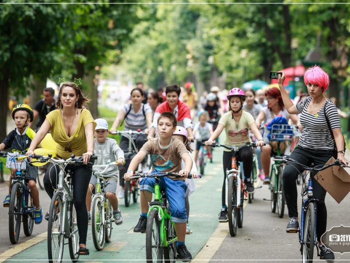 mamici pe biciclete